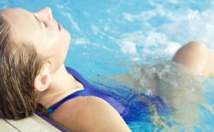 Ossa e muscoli si rinforzano anche in piscina