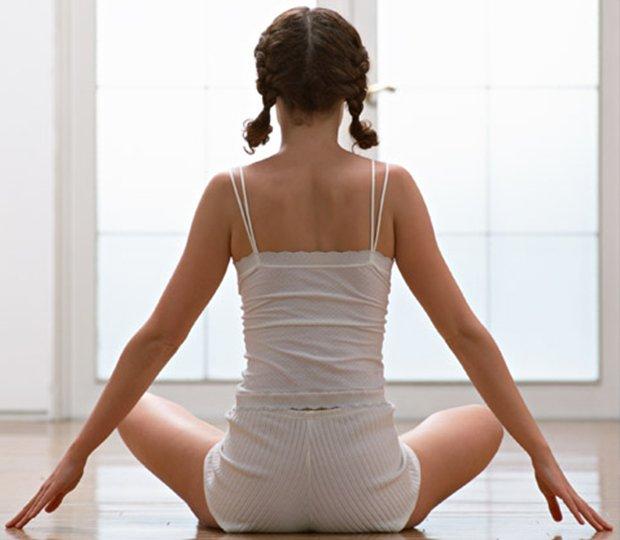 Muovi la schiena con lo yoga